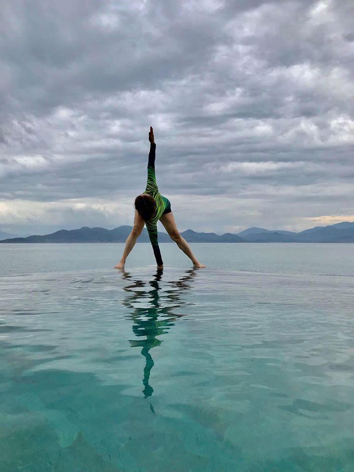 Mẹ Hồ Ngọc Hà luyện yoga cực đỉnh ở tuổi 63, đến con gái cũng thua xa-6