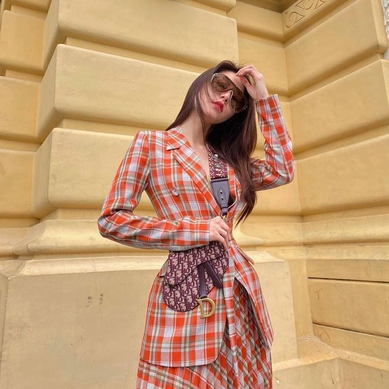 Ngọc Trinh - Mai Phương Thúy khoe outfit xẻ đùi sexy chiếm spotlight đường phố-3