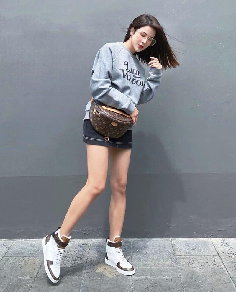 Ngọc Trinh - Mai Phương Thúy khoe outfit xẻ đùi sexy chiếm spotlight đường phố-4