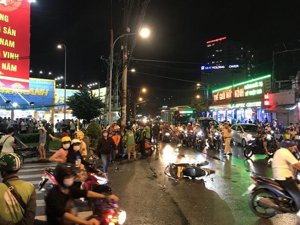 Nóng: Camry húc hàng loạt xe máy ở ngã tư Sài Gòn, người bị thương nằm la liệt-4