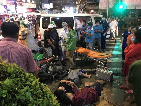 Nóng: Camry húc hàng loạt xe máy ở ngã tư Sài Gòn, người bị thương nằm la liệt-2