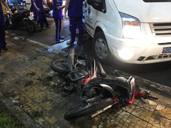 Nóng: Camry húc hàng loạt xe máy ở ngã tư Sài Gòn, người bị thương nằm la liệt-7