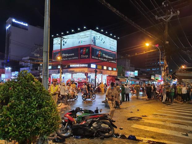 Nóng: Camry húc hàng loạt xe máy ở ngã tư Sài Gòn, người bị thương nằm la liệt-3