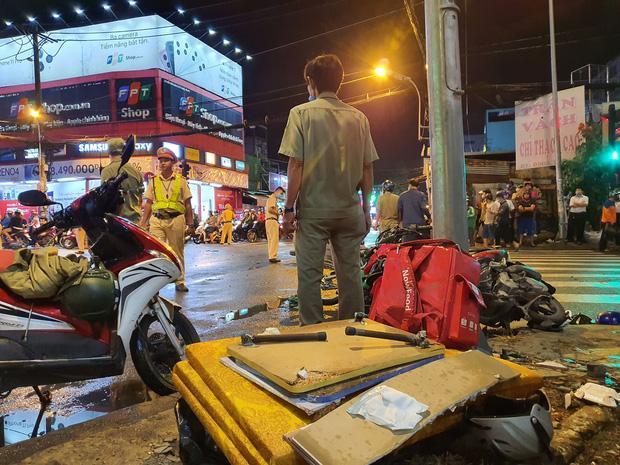 Nóng: Camry húc hàng loạt xe máy ở ngã tư Sài Gòn, người bị thương nằm la liệt-1