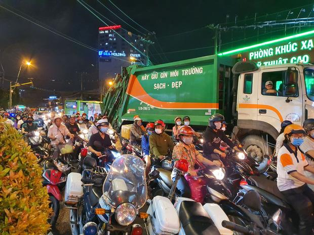 Nóng: Camry húc hàng loạt xe máy ở ngã tư Sài Gòn, người bị thương nằm la liệt-10