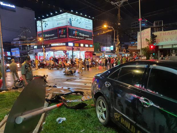 Nóng: Camry húc hàng loạt xe máy ở ngã tư Sài Gòn, người bị thương nằm la liệt-5