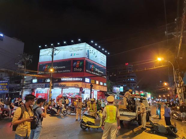 Nóng: Camry húc hàng loạt xe máy ở ngã tư Sài Gòn, người bị thương nằm la liệt-9