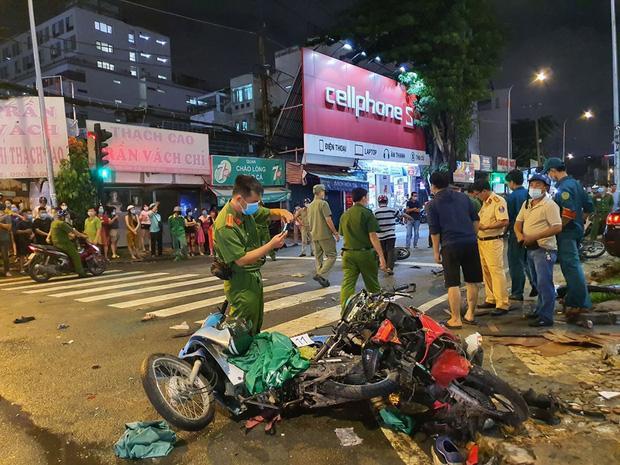 Nóng: Camry húc hàng loạt xe máy ở ngã tư Sài Gòn, người bị thương nằm la liệt-8