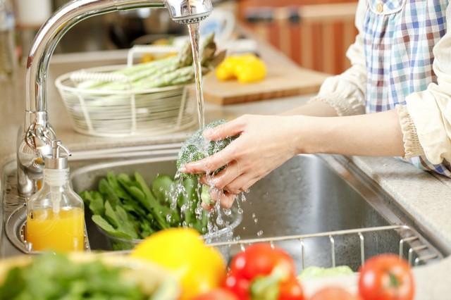 Rửa rau củ tưởng dễ ợt nhưng nhiều người vẫn làm sai khiến rau không sạch lại đầy vi khuẩn-1