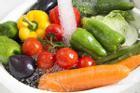 Rửa rau củ tưởng dễ ợt nhưng nhiều người vẫn làm sai khiến rau không sạch lại đầy vi khuẩn