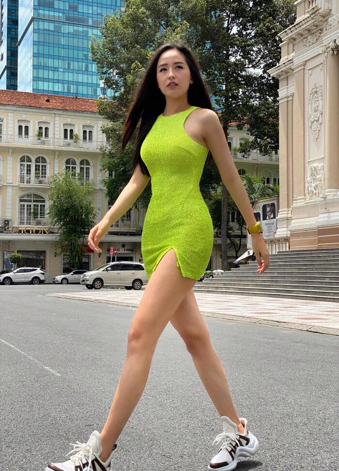Ngọc Trinh - Mai Phương Thúy khoe outfit xẻ đùi sexy chiếm spotlight đường phố-1