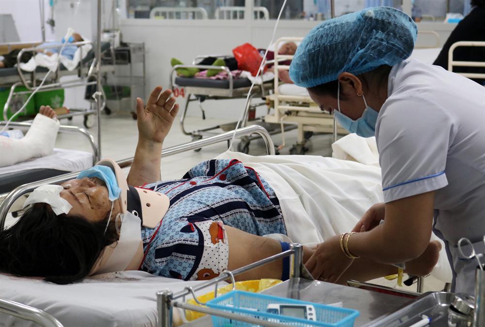 Camry húc hàng loạt xe máy, 10 người nhập viện: Nữ tài xế nhấn nhầm chân ga-2