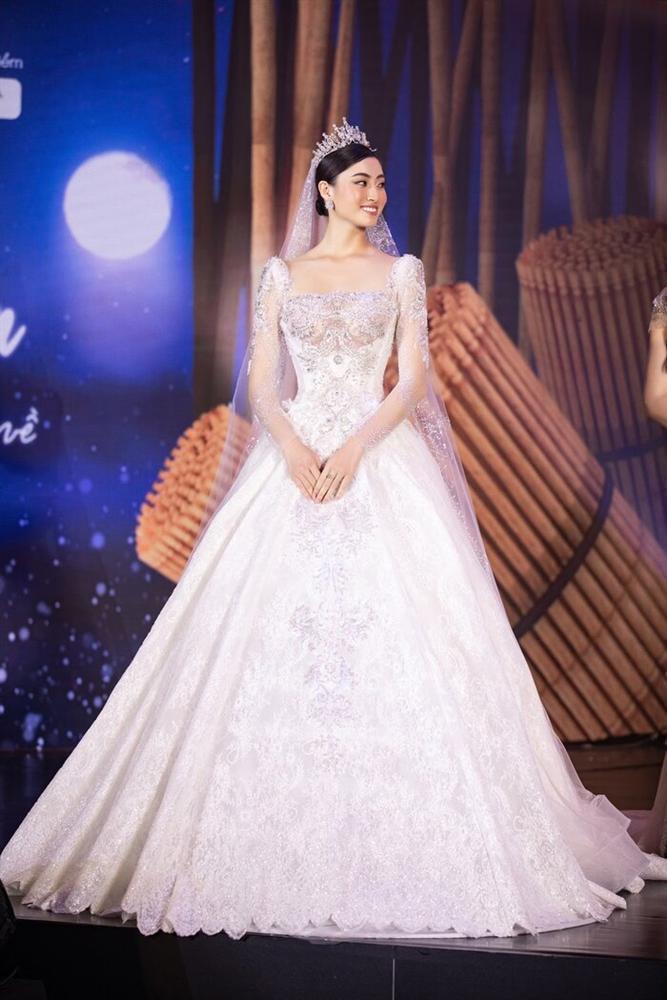 Váy cưới đấu giá nửa tỷ của Lương Thùy Linh HOT nhất làng mẫu tuần qua-1