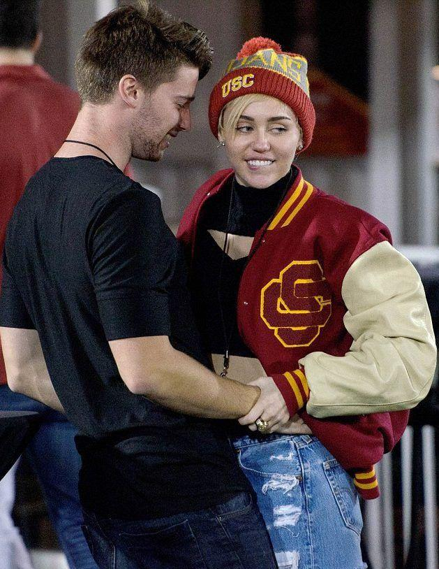 Miley Cyrus - ca sĩ có sở thích yêu ngắn ngủi, tình trường phức tạp-11