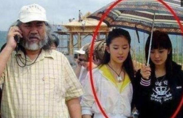 14 năm trước Dương Mịch cầm ô phục vụ Lưu Diệc Phi, chẳng ngờ giờ là mỹ nhân hạng A hot hơn cả nữ chính ngày ấy-2