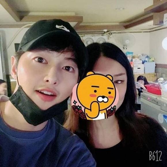 Song Joong Ki xuất hiện với gái lạ sau khi anh trai ám chỉ nam diễn viên ly hôn vì vấn đề con cái-1