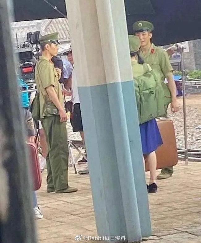 Tiêu Chiến - Hoàng Cảnh Du đóng phim chung, mặc cảnh phục cực ngầu nhưng lại lộ thân hình gầy gò-1