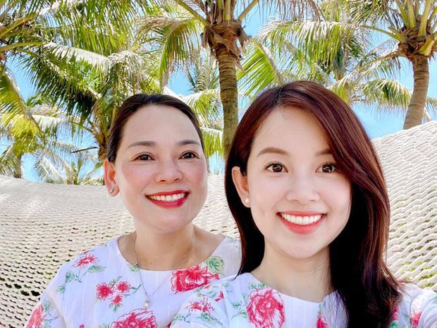 Nhan sắc U60 mẹ ruột Ly Kute trẻ trung khác nào chị em với con gái-4