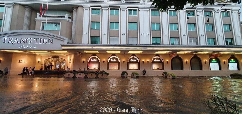 Trung tâm Hà Nội ngập lụt, đôn hoa nổi bềnh phềnh như lục bình vì mưa lớn-3