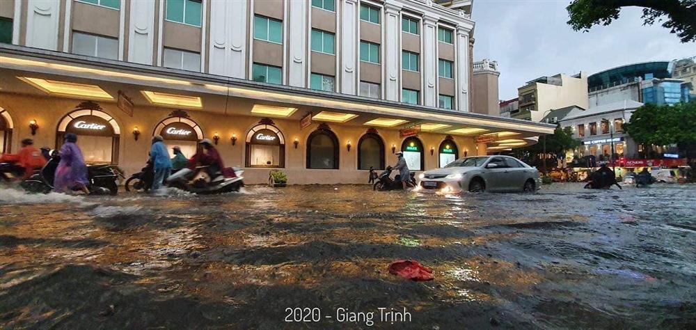 Trung tâm Hà Nội ngập lụt, đôn hoa nổi bềnh phềnh như lục bình vì mưa lớn-4