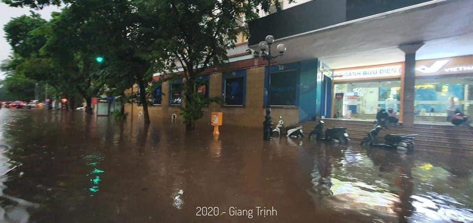 Trung tâm Hà Nội ngập lụt, đôn hoa nổi bềnh phềnh như lục bình vì mưa lớn-10