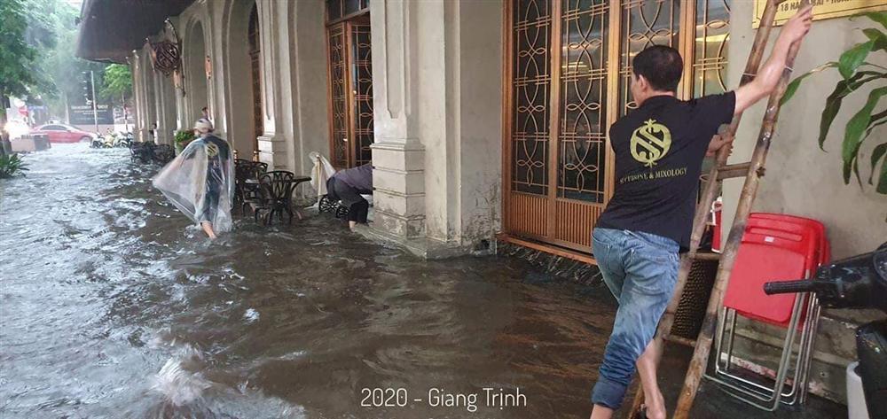 Trung tâm Hà Nội ngập lụt, đôn hoa nổi bềnh phềnh như lục bình vì mưa lớn-7