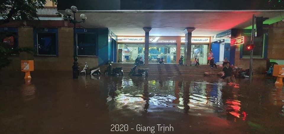 Trung tâm Hà Nội ngập lụt, đôn hoa nổi bềnh phềnh như lục bình vì mưa lớn-9