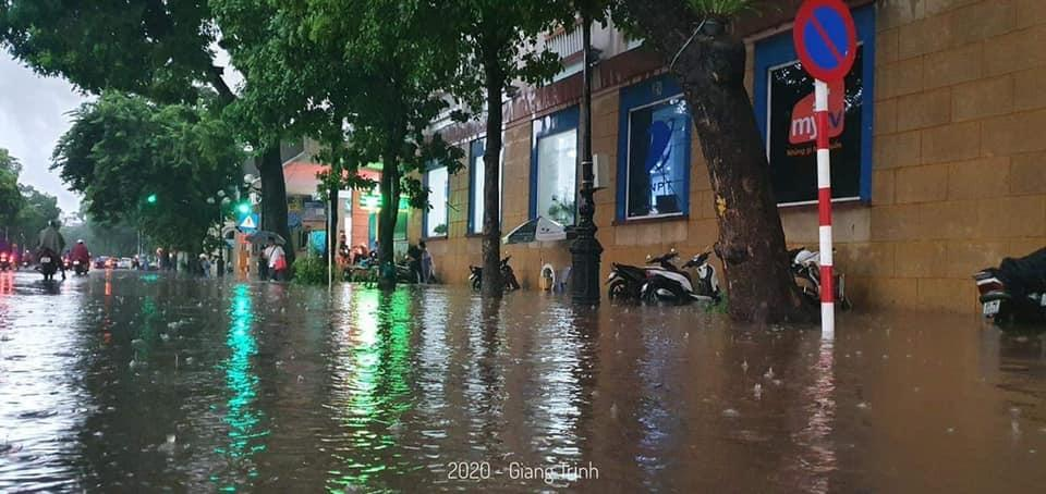 Trung tâm Hà Nội ngập lụt, đôn hoa nổi bềnh phềnh như lục bình vì mưa lớn-13