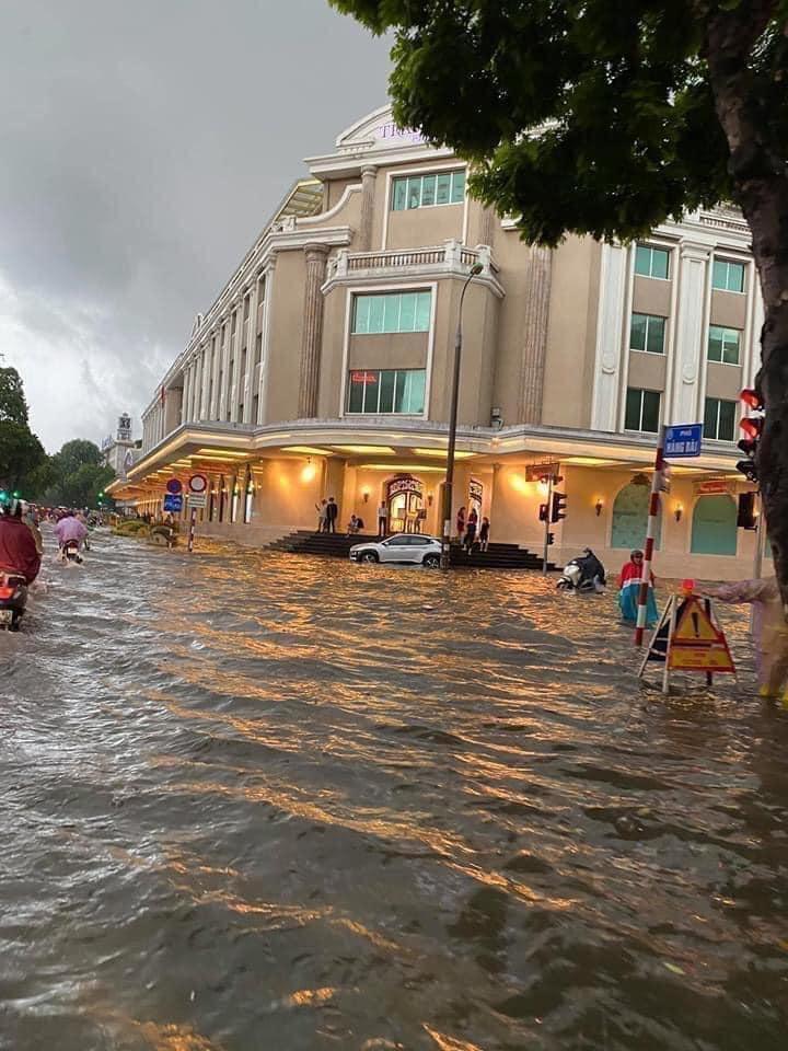 Trung tâm Hà Nội ngập lụt, đôn hoa nổi bềnh phềnh như lục bình vì mưa lớn-1