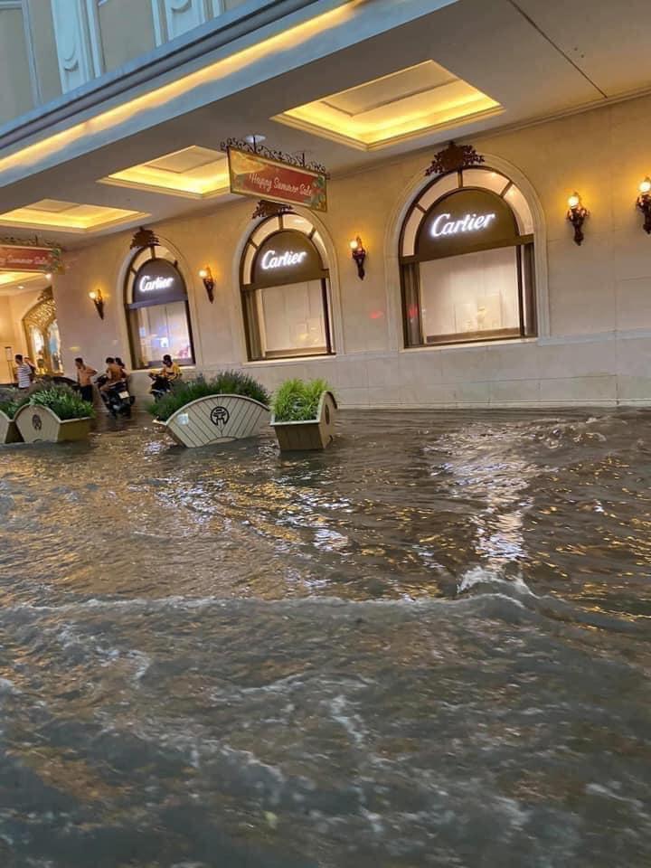 Trung tâm Hà Nội ngập lụt, đôn hoa nổi bềnh phềnh như lục bình vì mưa lớn-11