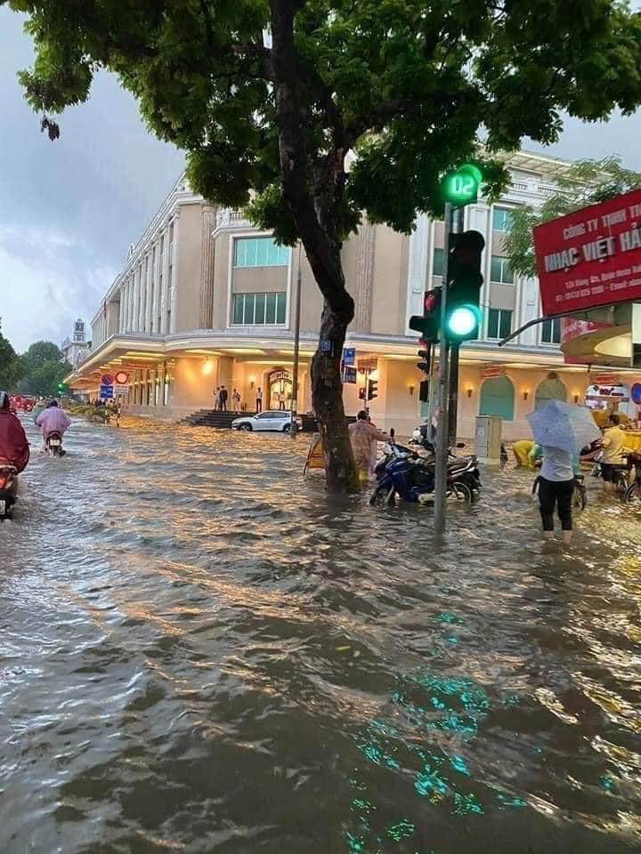 Trung tâm Hà Nội ngập lụt, đôn hoa nổi bềnh phềnh như lục bình vì mưa lớn-2