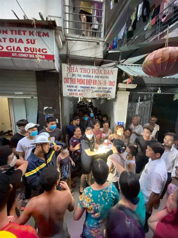 Bé sơ sinh bị vứt giữa 2 khe tường: Ông bà ngoại từ Ninh Bình ra Hà Nội nhận cháu-3