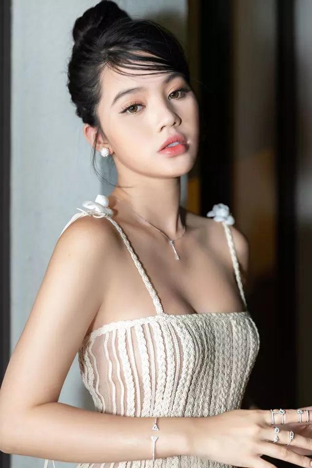 Ngã ngửa với sự thật bức ảnh hoa hậu Jolie Nguyễn khoe nhẫn cầu hôn-2