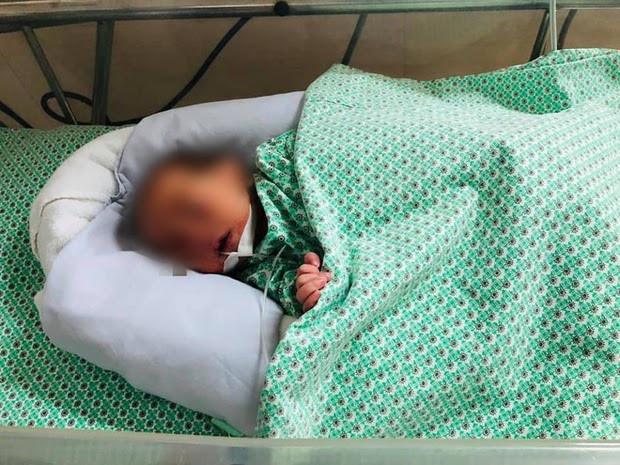 Bé sơ sinh bị vứt giữa 2 khe tường: Ông bà ngoại từ Ninh Bình ra Hà Nội nhận cháu-1