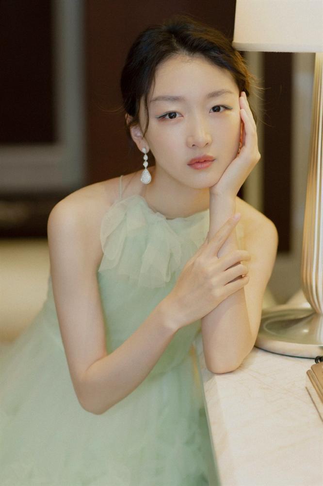 Ảnh hậu 9X Châu Đông Vũ lộ ảnh vào khách sạn với phú nhị đại-9