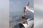 Thanh niên khoe tài xào rau trên cánh máy bay, bị nhắc 'trên đấy lạnh, cẩn thận ốm'