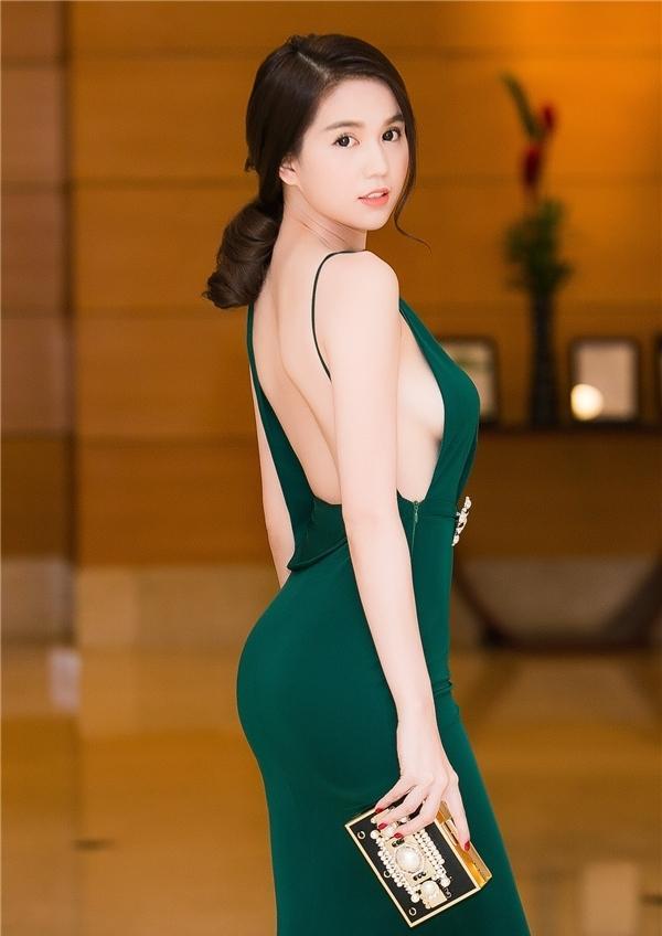 3 kiểu váy khoe ngực táo bạo nhất của mỹ nhân Việt-10