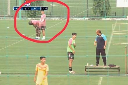 Góc chụp quá căng khiến 2 cầu thủ Hà Nội FC bị lầm tưởng đang đóng phim người lớn