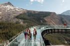 Cầu kính nhô ra từ vách đá ở Canada