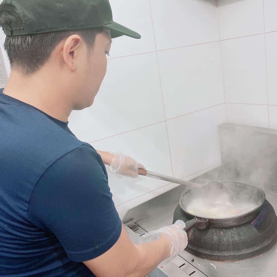 Trường Giang đích thân nấu ăn cho nhân viên, Nhã Phương tự hào: Tôi thương ổng cũng vì điều này-3