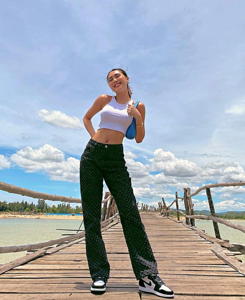 Street style 2/9: Hòa Minzy khoe võng lưng gợi cảm - Tiểu Vy hip hop chất lừ-7