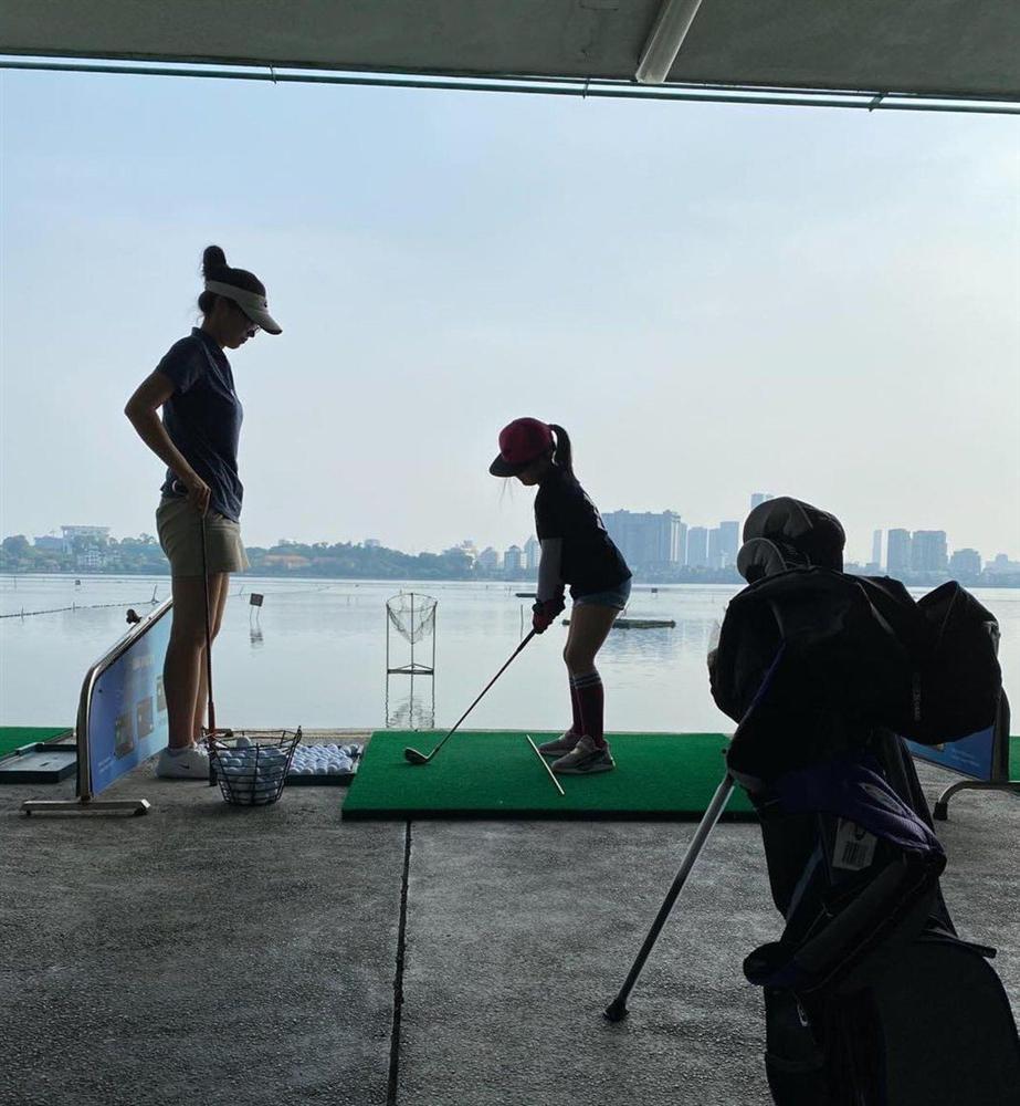 Ảnh con gái Jennifer Phạm chơi golf thượng lưu ở Hà Nội, phát hiện điểm đặc biệt ở cô bé-4