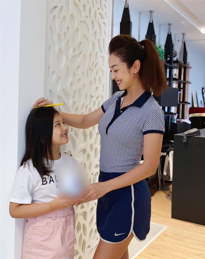 Ảnh con gái Jennifer Phạm chơi golf thượng lưu ở Hà Nội, phát hiện điểm đặc biệt ở cô bé-6