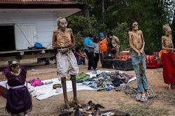 Rùng rợn tục đào mộ, tắm rửa và thay quần áo cho người chết như 'tháng cô hồn'