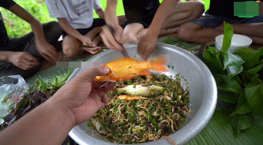 Những màn câu like kinh hãi của Youtuber Việt khi ăn tất tật từ cá sống đến gỏi côn trùng-2