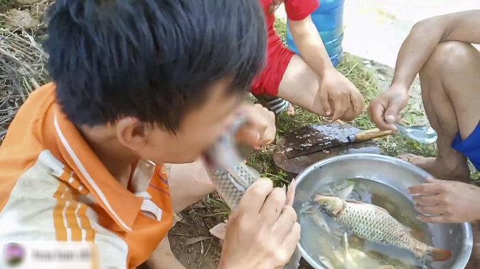 Những màn câu like kinh hãi của Youtuber Việt khi ăn tất tật từ cá sống đến gỏi côn trùng-5