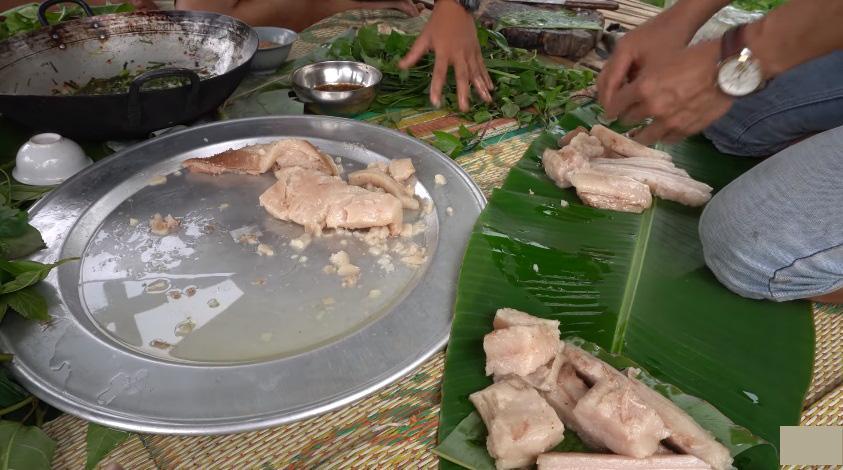 Những màn câu like kinh hãi của Youtuber Việt khi ăn tất tật từ cá sống đến gỏi côn trùng-8
