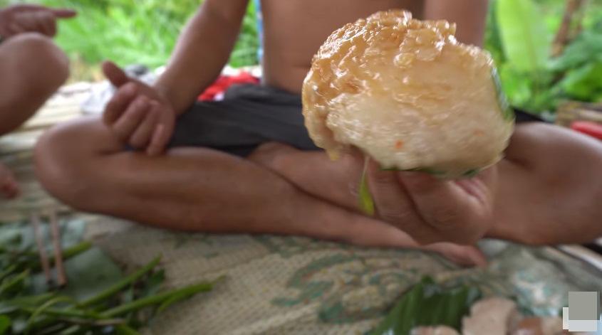 Những màn câu like kinh hãi của Youtuber Việt khi ăn tất tật từ cá sống đến gỏi côn trùng-9