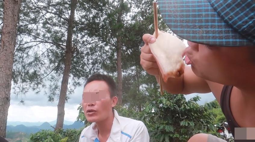 Những màn câu like kinh hãi của Youtuber Việt khi ăn tất tật từ cá sống đến gỏi côn trùng-11