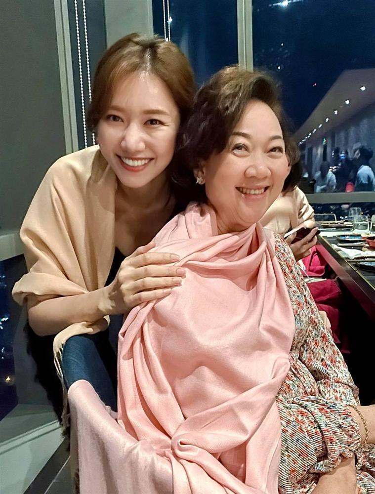 Hari Won bị chê vô duyên khi hỏi Trấn Thành: Vợ hay mẹ chồng xinh hơn?-1